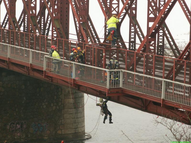 Prohlížíte si fotogarerii k článku Záchrana z mostní konstrukce